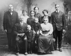 Henry and Ida [Stutsman] Tavernier and their children, including Alta, c1915
